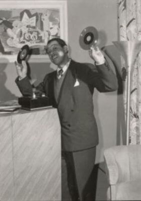 00  1949 Cab in RCA studio Holding 45 EPs photo by Otto Hesse.jpg