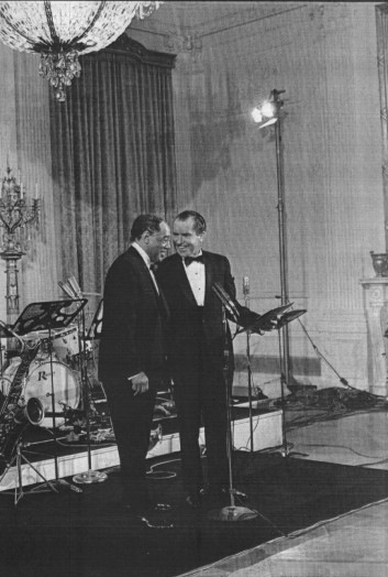 Nixon et Ellington at White House 1969.jpg